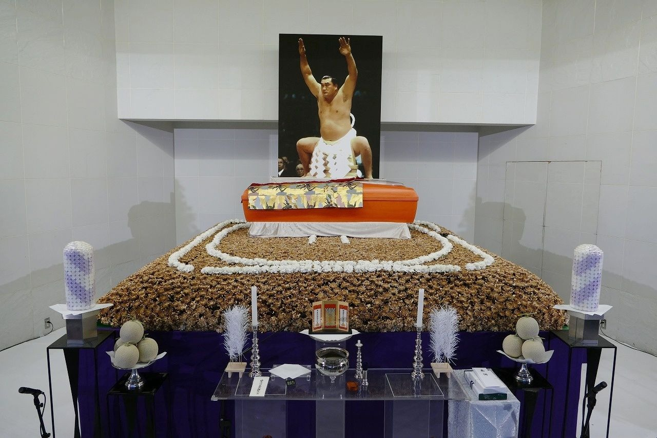 黄金の土俵をイメージした元横綱輪島の祭壇
