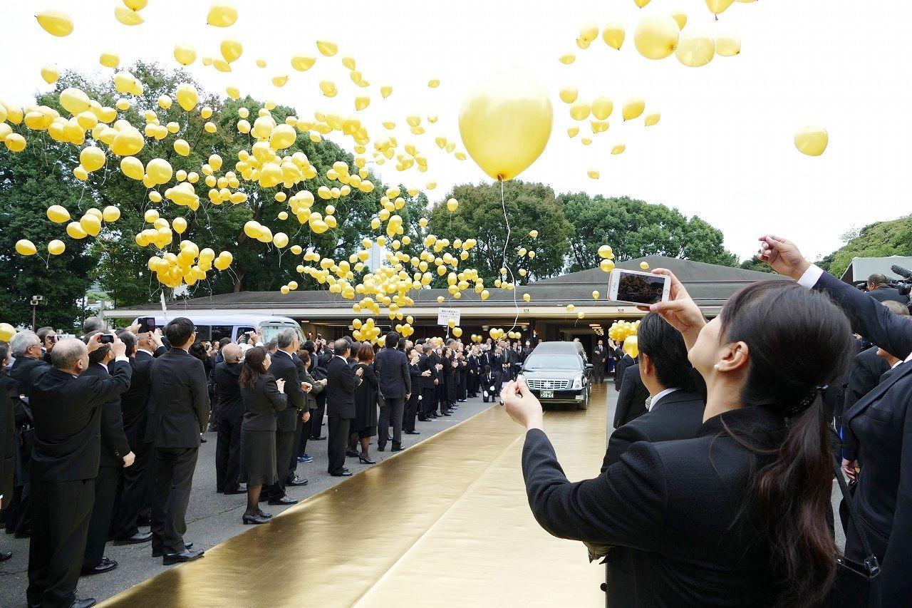 元横綱輪島さんの葬儀。黄金の風船でお別れ
