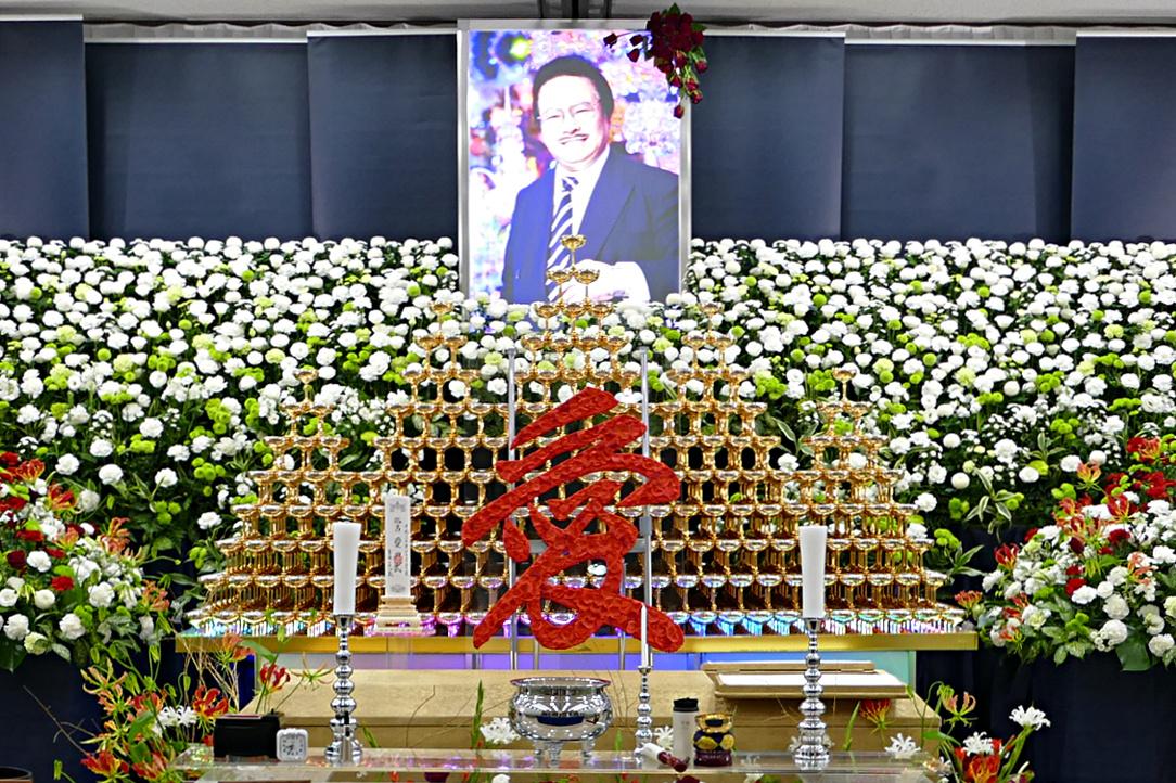 1,338個のシャンパングラスで作る金のシャンパンタワー!ホストの帝王 愛田武さんの社葬