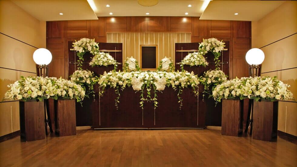 木製の家具に白い花が飾られた上品な雰囲気 イメージ画像