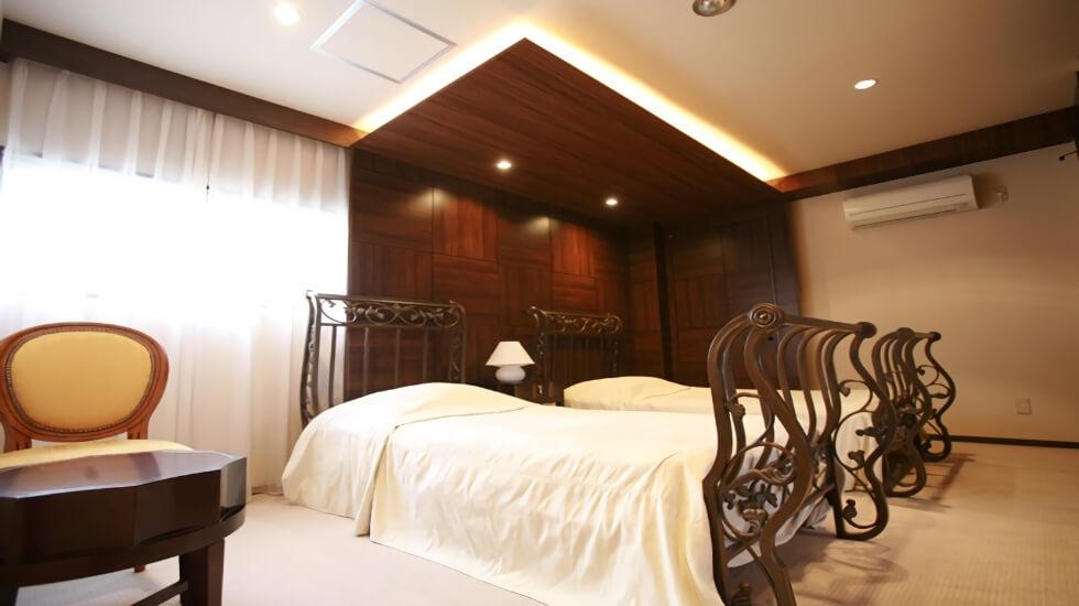 仮眠用に用意された西洋風のシングルベッド イメージ画像