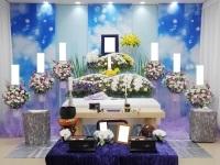 落合斎場でヒマワリをアレンジした花祭壇
