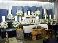 千代田万世会館でホワイト一色の花祭壇