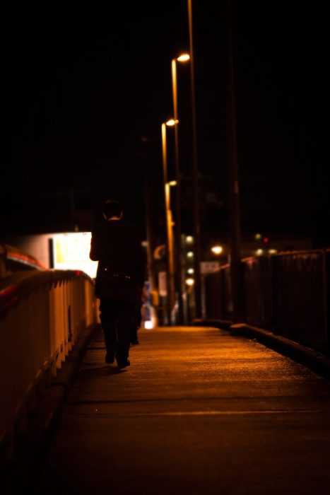 夜歩く男性