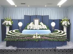 オリジナル花祭壇で厳粛に送る 故人とご遺族のこころを形にする葬儀社
