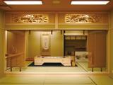 ◆社葬・団体葬500名程度/桔梗<ききょう>◆ 色とりどりの生花をふんだんに使用し、美しい曲線を出しました。美しい祭壇で故人様をお送りいたします。他にも多数の祭壇プランをご用意しております。お気軽にご相談ください。 ◆◆愛知(名古屋)・岐阜・三重・静岡に38店舗を展開する愛昇殿◆◆